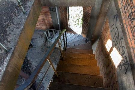 Betonowe schody między II piętrem a III piętrem