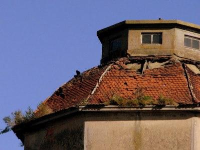 Zniszczone pokrycie dachowe